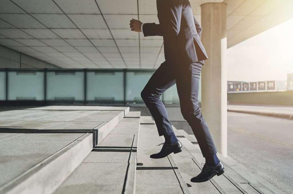階段を登るビジネスマン