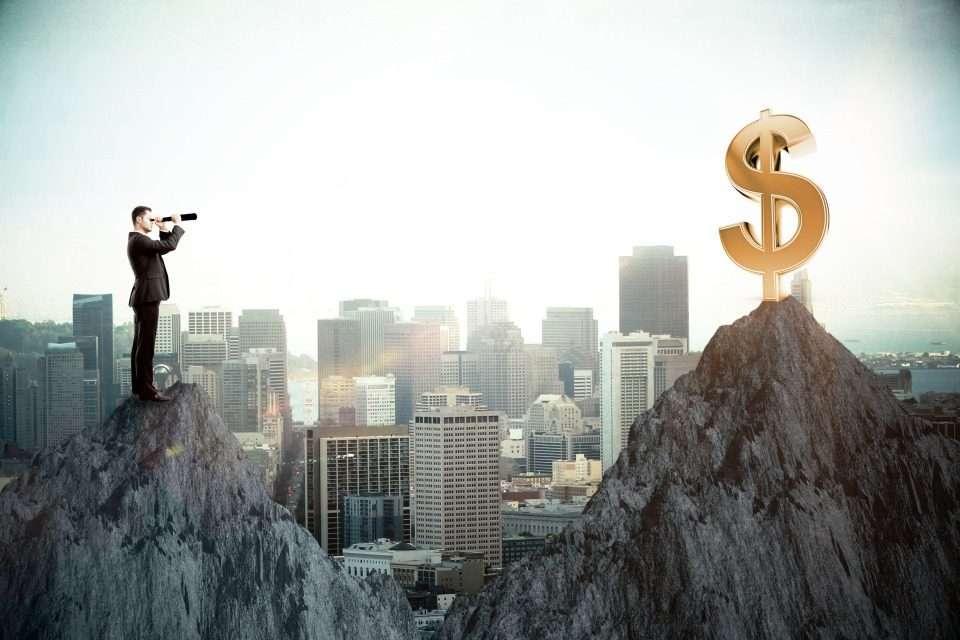 望遠鏡でお金を見る男性