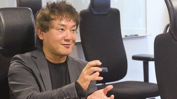 小野さんが女性こそ副業をするべきと話している写真